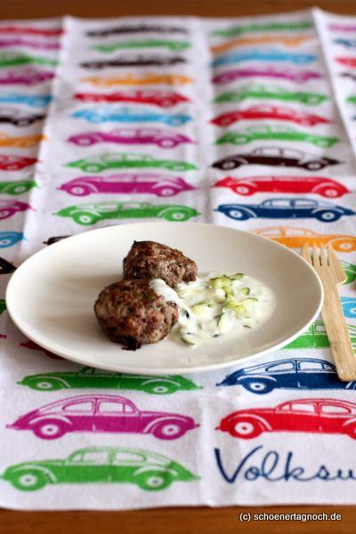 Recipe for mediterranean meat balls with dates and courgette yoghurt dip. A tasty lunch for long trips. I created the recipe for Volkswagen. Rezept für mediterrane Hackbällchen mit getrockneten Datteln, dazu ein Zucchini-Joghurt-Dip. Leckerer Proviant für lange Autofahrten! Das Rezept habe ich für Volkswagen entwickelt.