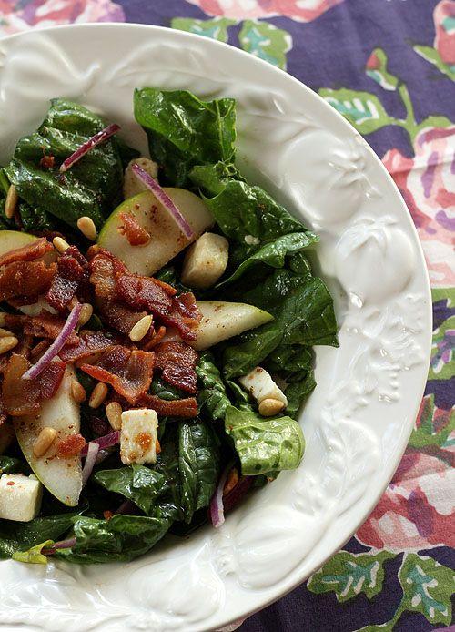 Salada de espinafres com queijo mozzarella, pera, nozes regada com mel aquecido com mostarda e beacon assado ou grelhado.