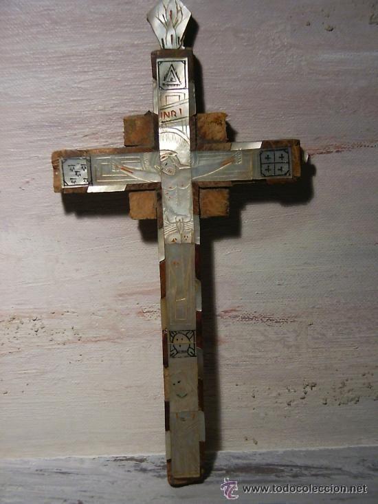 Antiguo crucifijo de madera de olivo de Jerusalem con aplicaciones incrustadas de nácar.