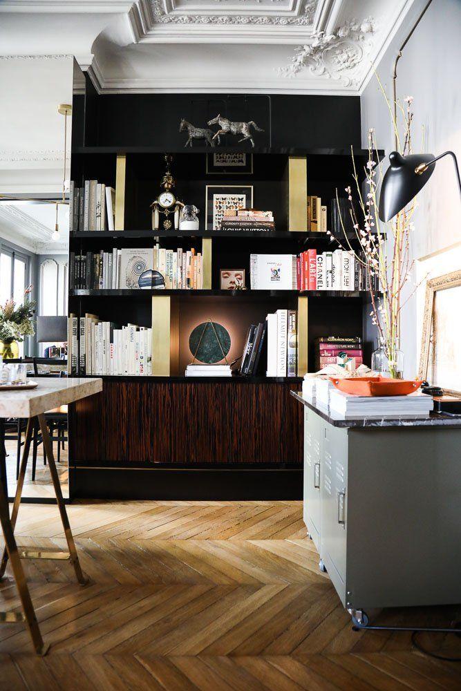 The Socialite Family | Vue imprenable sur la bibliothèque de David Chaplain et Alexandre Roussard. #family #famille #couple #homedecor #interior #deco #art #home #salon #livingroom #book #livres #bibliothèque #bookshelf #inspiration #idea #thesocialitefamily