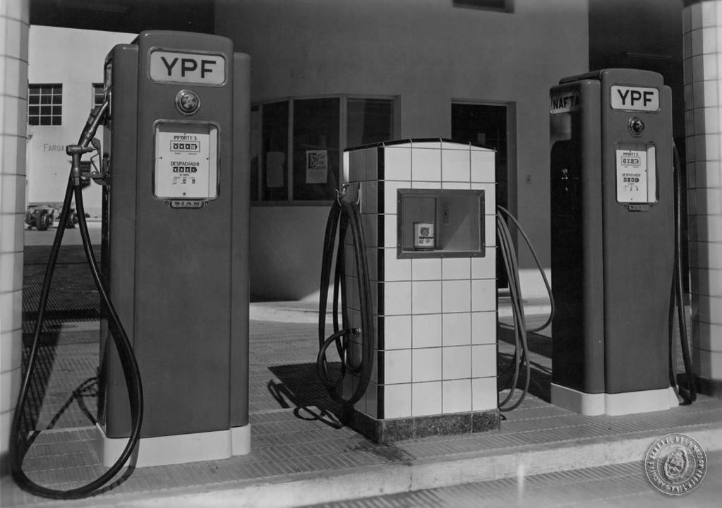 Surtidores de nafta, Buenos Aires 1949.  Inventario 194861.