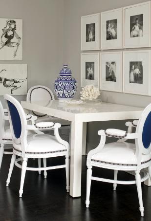 Comedor blanco y azul. Pared con fotografías en blanco y negro ...