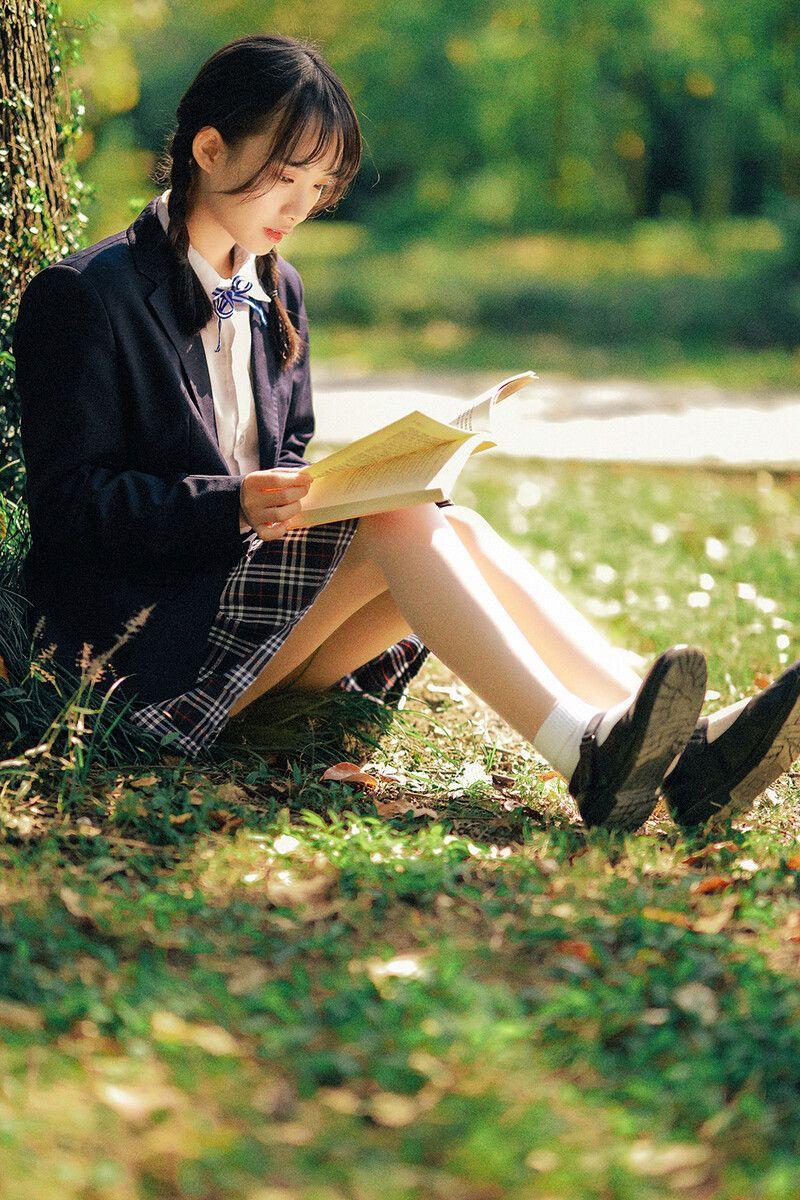格子裙美少女在樹下看書,好文青。