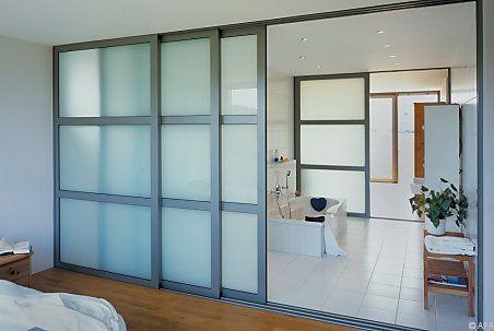 Gerade Glas-Raumteiler sind im Wohnraum praktisch