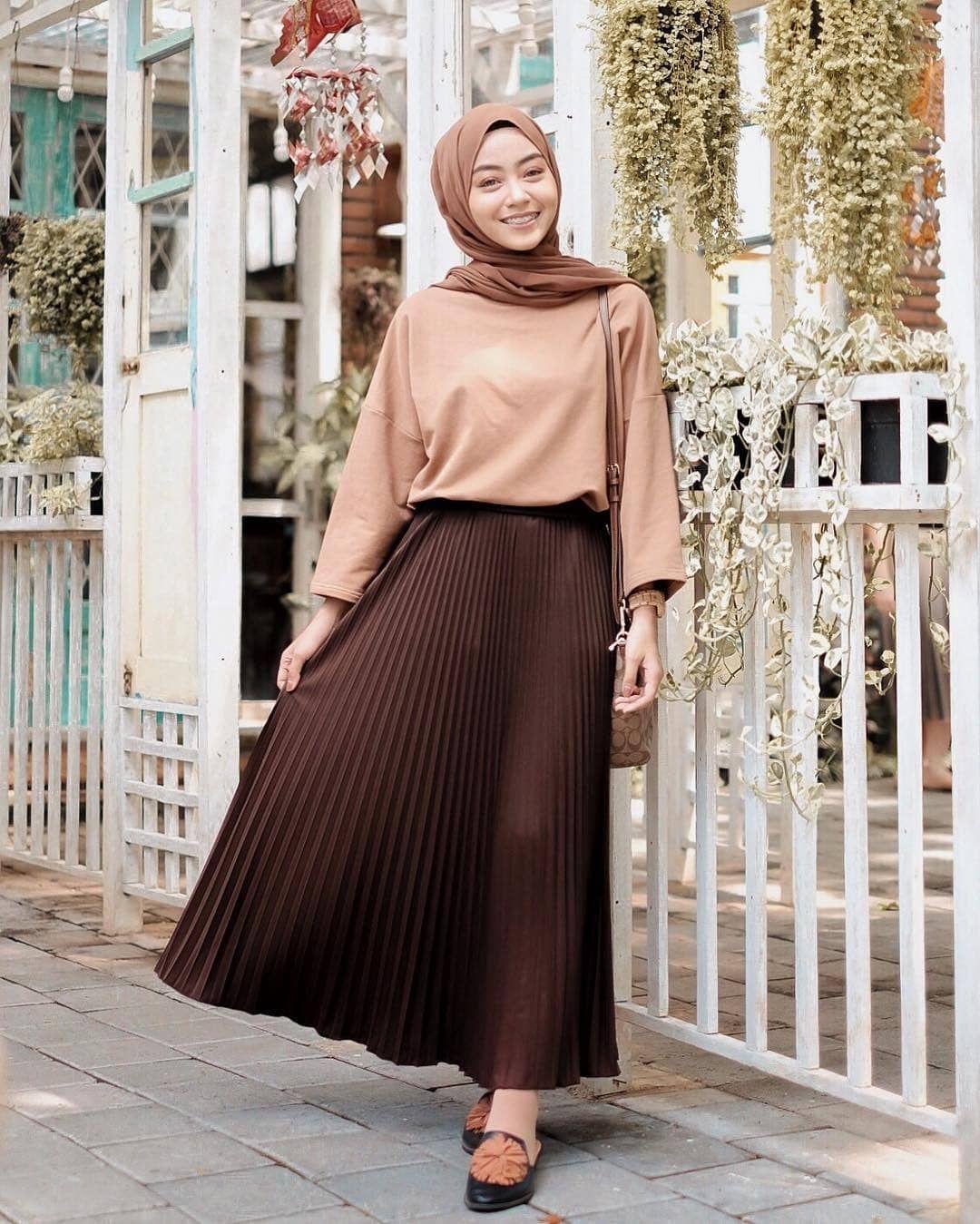 Celana Coklat Muda Cocok Dengan Baju Warna Apa