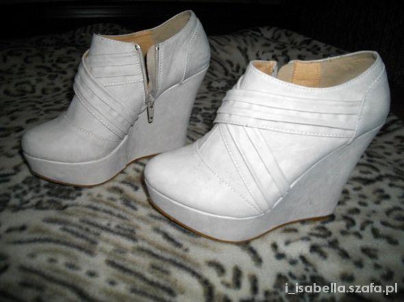 kremowe botki na koturnie   Cena: 50,00 zł  #butybotki #uzywanebotki #botkibetter