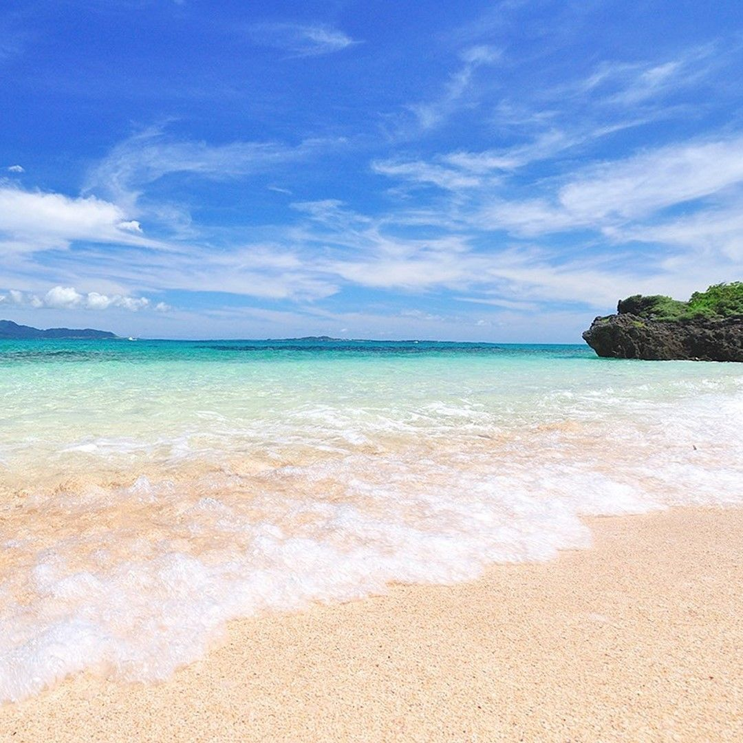 白砂の浜辺に打ち寄せる小波 波の数だけ島に流れるゆるりとした時間に染まり 少しづつ自然回帰する自分を感じます 八重山ブルーの海を眺めながら 砂浜に打ち寄せる波音を聞きながら 南海の楽園の自然を楽しむ優雅な休日 心と体が喜ぶ癒しの島時間をお過ごし