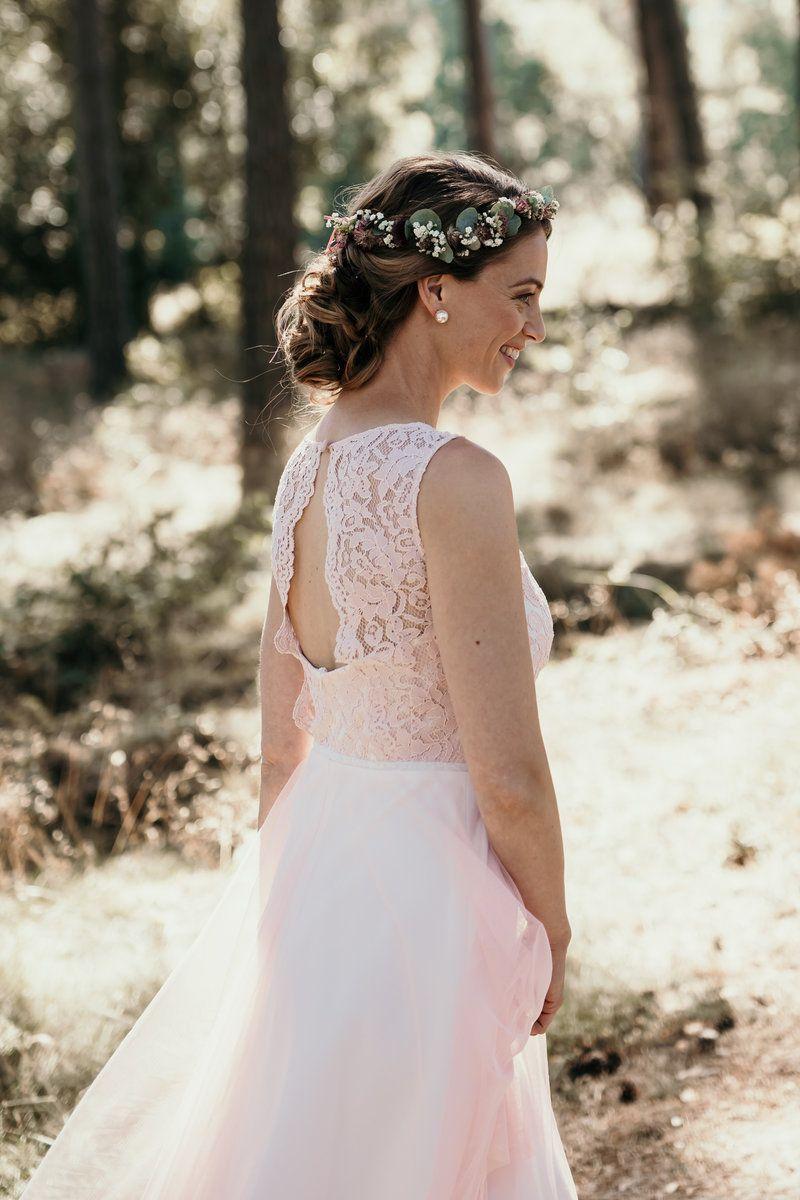 kurzes Brautkleid aus zarter rosa Spitze