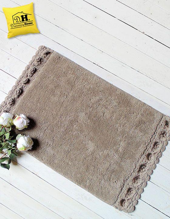 Lo splendido ed elegante tappeto bagno con bordo decorato