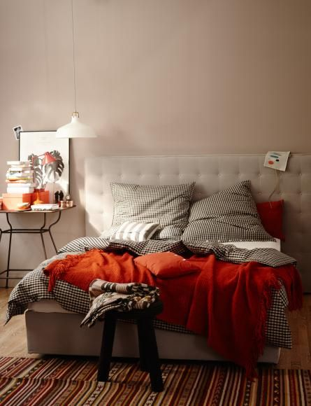 Bett Und Wandfarbe In Beige Mit Decke Und Kissen In Rot