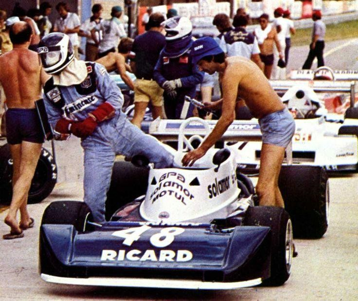 Richard Dallest - AGS JH15 - BMW - Sol-Amor GPA Motul - European F2 1978 - Mechanics uniforms were much more relaxed in the 70's. They would have a fag whilst refuelling too