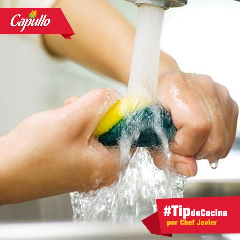 ¡Desinfecta tus esponjas y elimina los gérmenes! Para hacerlo el Chef Javier nos da un #TipdeCocina: enjuaga la esponja y exprímela. Métela en el microondas y déjala calentar 3 minutos. Transcurridos los 3 minutos, deja enfriar un poco la esponja y, con cuidado de no quemarte, sácala del microondas. ¡Listo! No más bacterias.