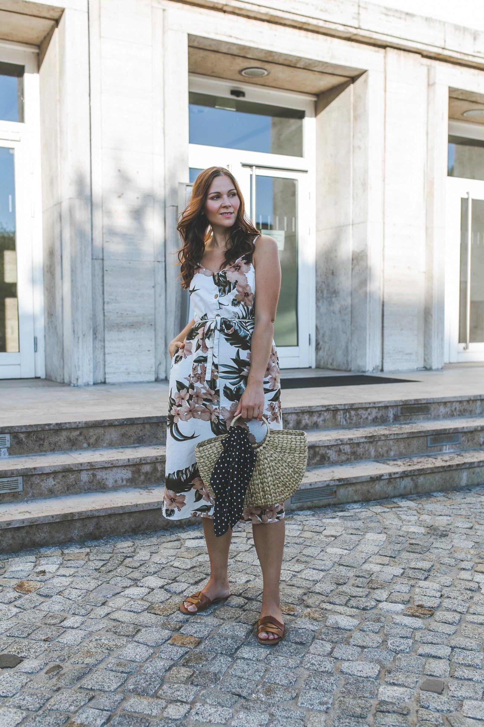 sommer outfit mit blumenkleid, strohtasche und braunen