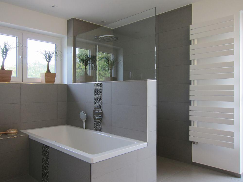 Keramikplatten badezimmer ~ Graue fliesen mit leisten bad pinterest tubs bath and spaces