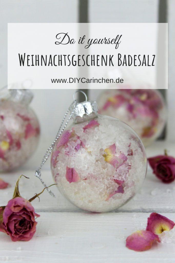 DIY Badesalz mit Rosenblütenblättern selbermachen in Christbaumkugeln #kleinigkeitenweihnachten