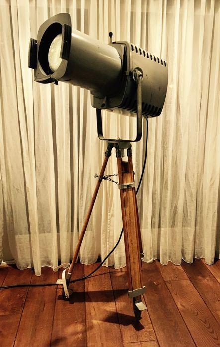 Strand Electric - Patt 253 theaterspot op houten statief  Een prachtige combinatie deze hele grote en zeldzame Strand Electric Theaterspot op een prachtige houten driepoot statief.De Strand Electric is van het type Patt 253 en is een theater profielspot / filmspot gefabriceerd in de jaren 60 van de vorige eeuw. hij is in originele en prachtige staat omgebouwd naar E27 fitting zonder de originele lampvoet te beschadigen. Hij is gereinigd de werking is perfect en voorzien van 4Watt LED lamp…