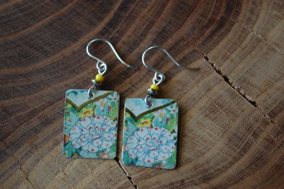 This earrings are made from an old Vintage tea can. This earrings are made of a colorful tin and are really light. The designs is subtle flowers in