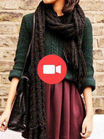 Opte pour un pull en tricot vert foncé et une jupe plissée rouge foncé pour