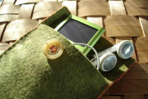DIY Felt Ipod Cozy/Cover with Button Closure (could be adapted for other gadgets/eyeglass case/ID wallet/etc.)