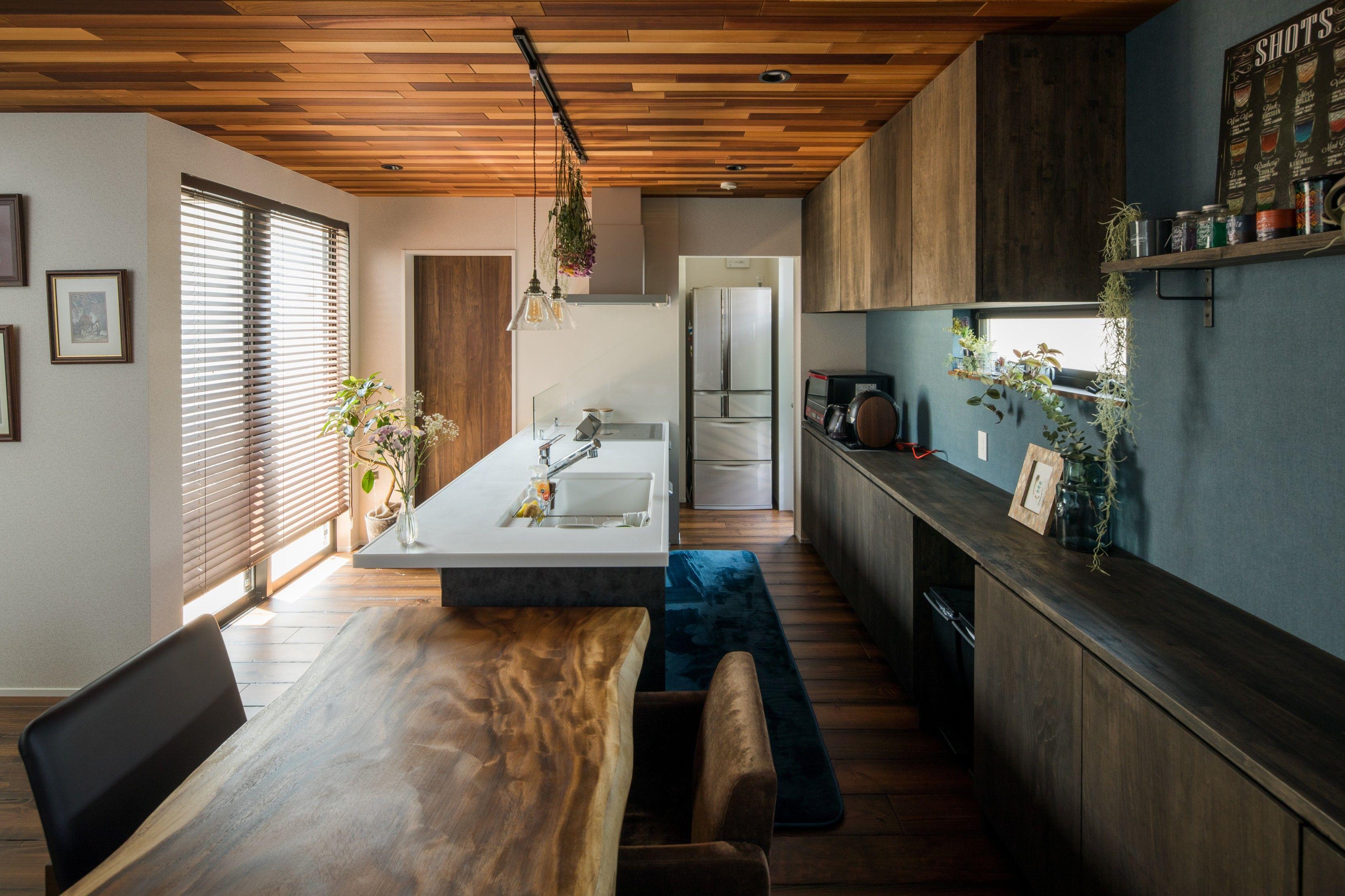 家事ラクな横並びレイアウトと 壁一面に設えた造作カップボード