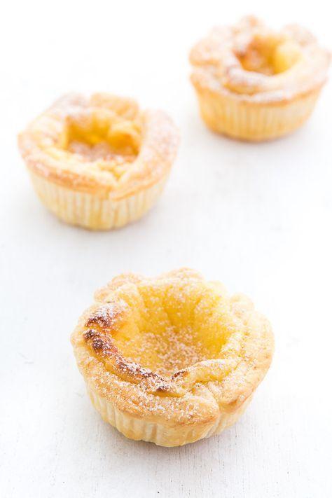 Rezept für leckere portugiesische Sahnetörtchen. Die Pastéis de nata bestehen aus Blätterteig und einer Sahne-Pudding-Füllung.