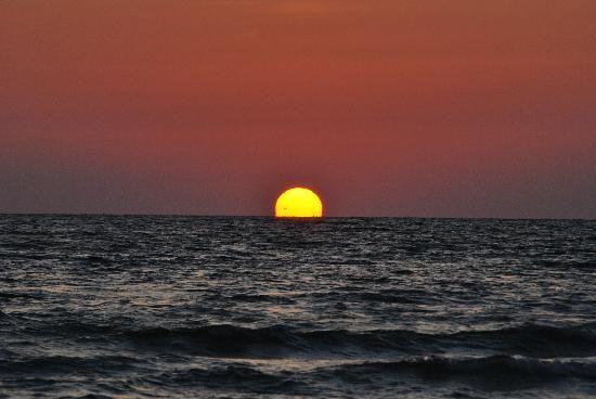 Google Image Result for http://media-cdn.tripadvisor.com/media/photo-s/01/2e/81/3f/sunset-at-crescent-beach.jpg