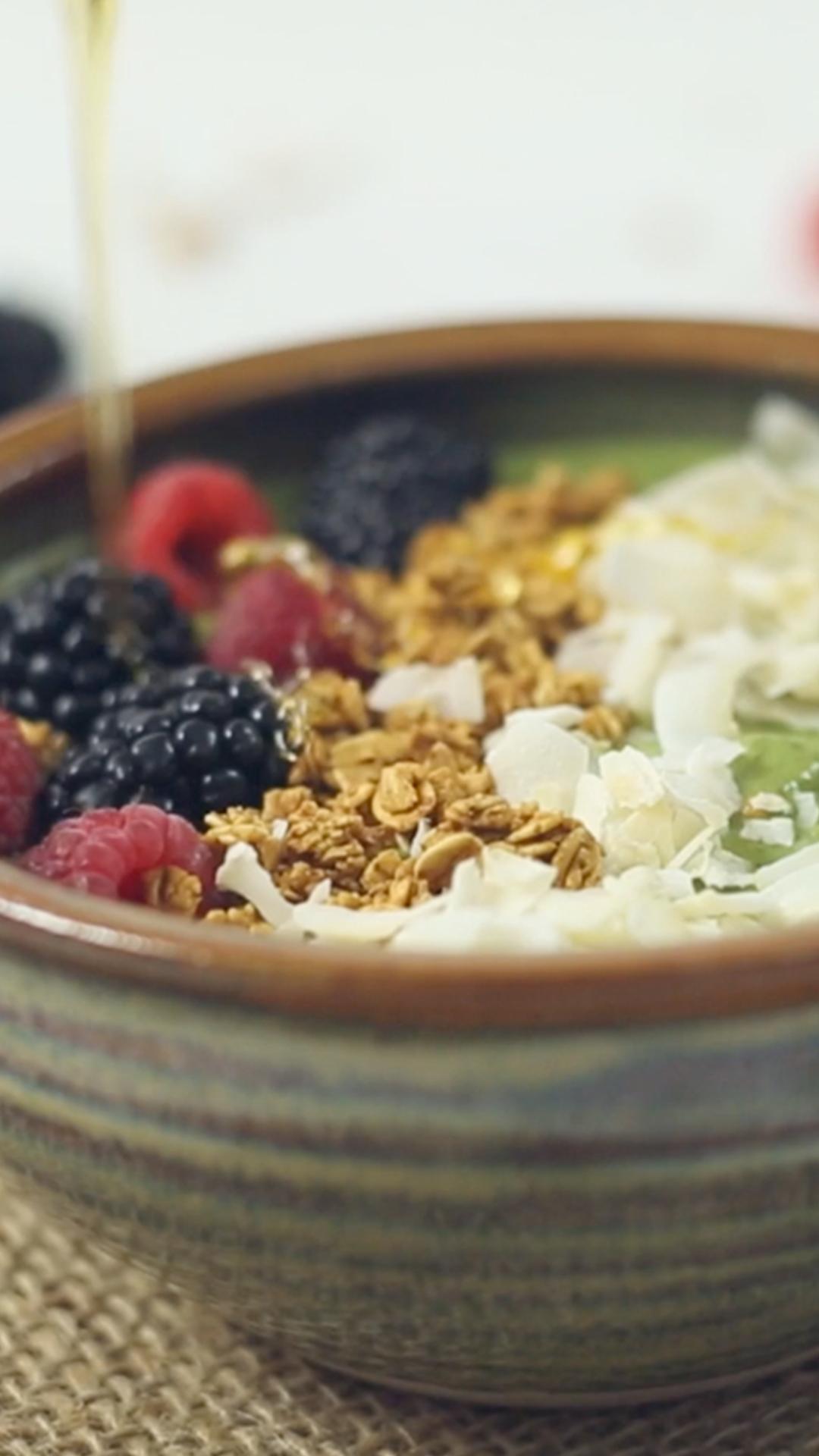 Bagaimana cara membuat smoothie alpukat, kale & rasberi