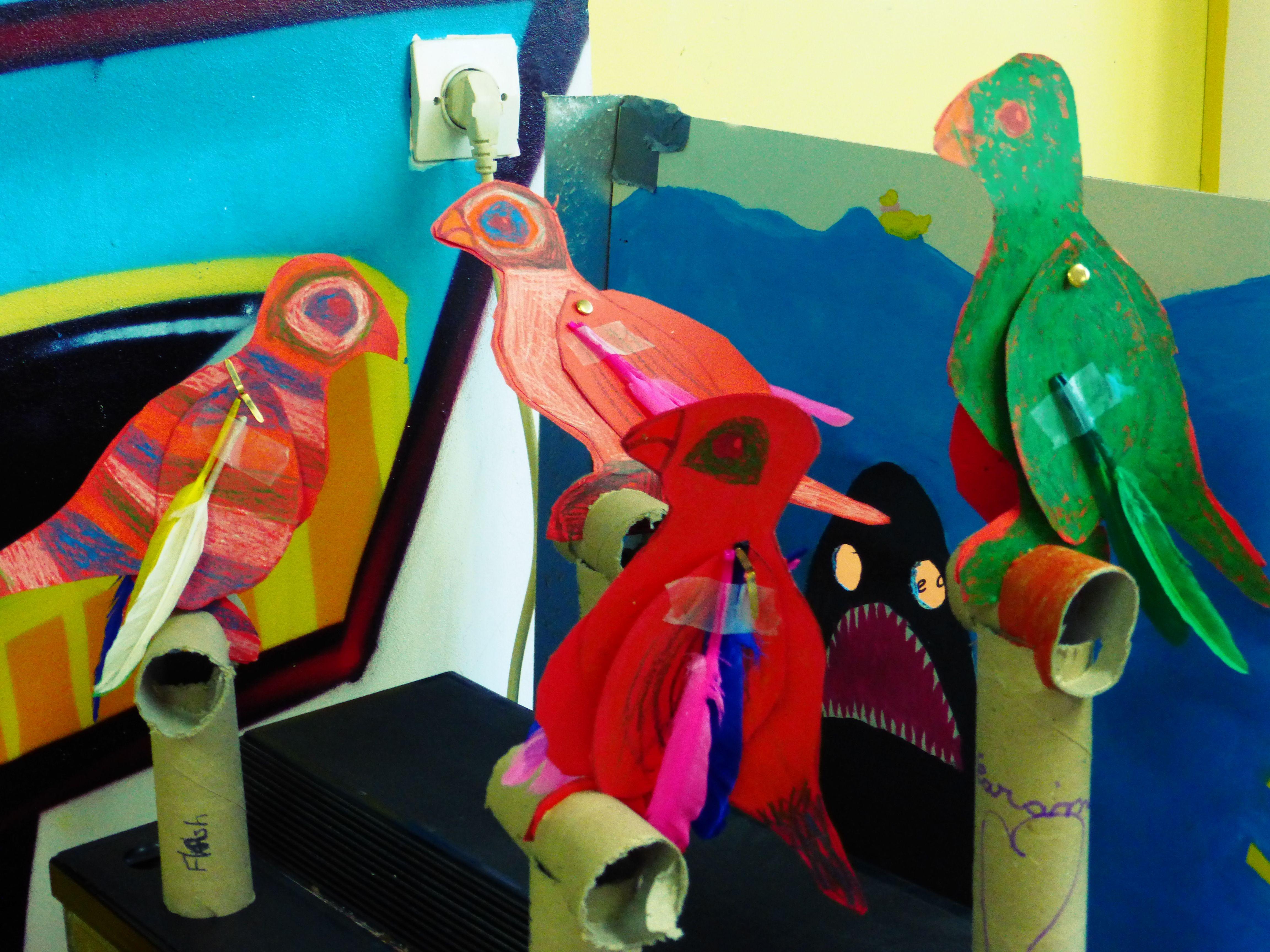 Bricolage Enfant Perroquet Sur Perchoirs Brico Enfant Pinterest Bricolage Et Centre