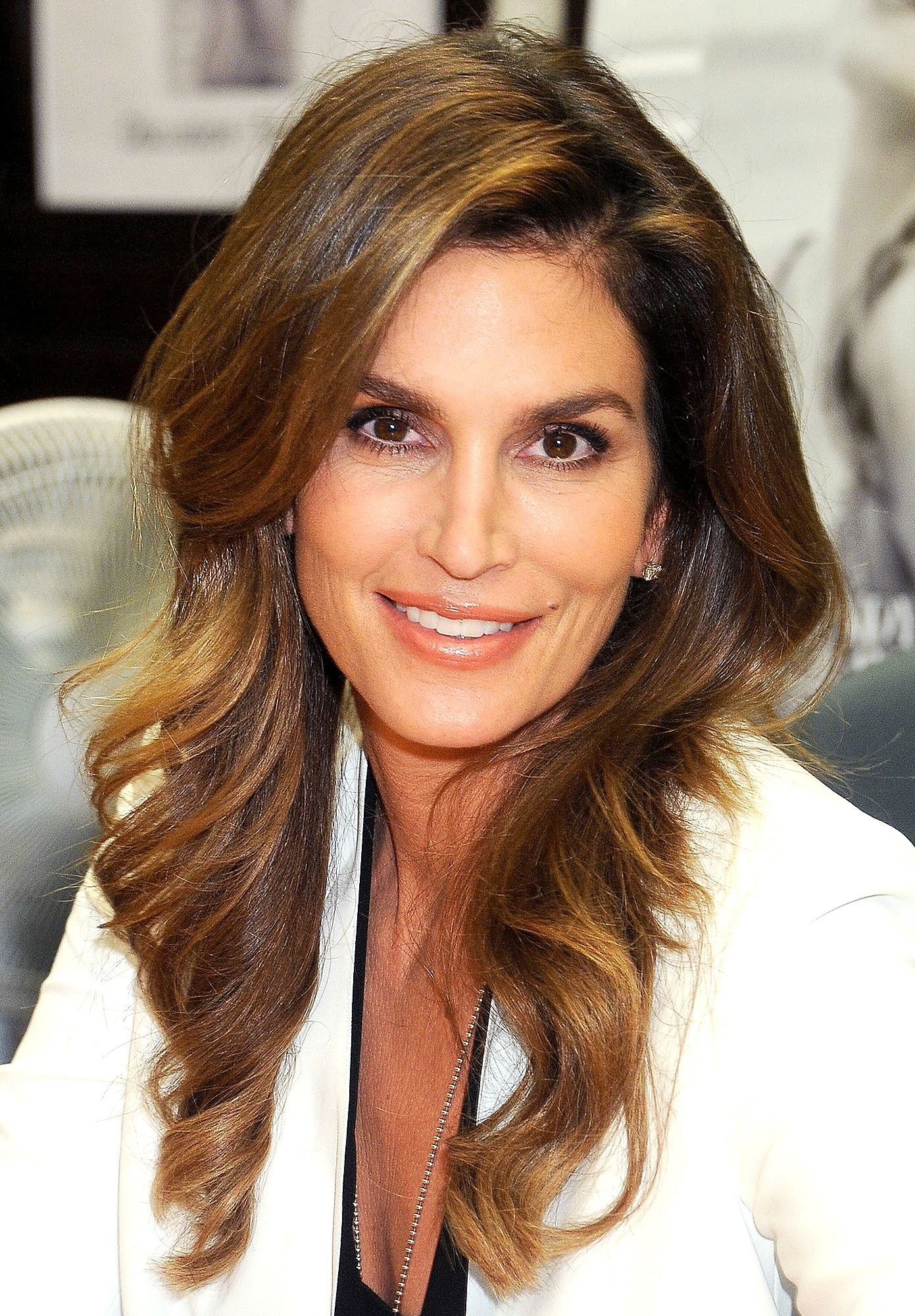 Even Cindy Crawford Admits Getting Older Isn T Fun There Are Times When It S Hard Beauty Cindy Crawford Makeup 90s Hairstyles