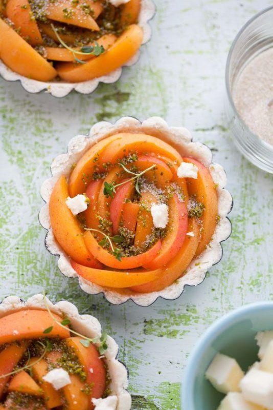 De variaties staan beschreven in de reacties.  Idee: Bak een kruidige honingcake: Snijd de cake overdwars doormidden. Kook (ontpitte) gedroogde pruimen (gewelde, zakje) in een scheut rode port.