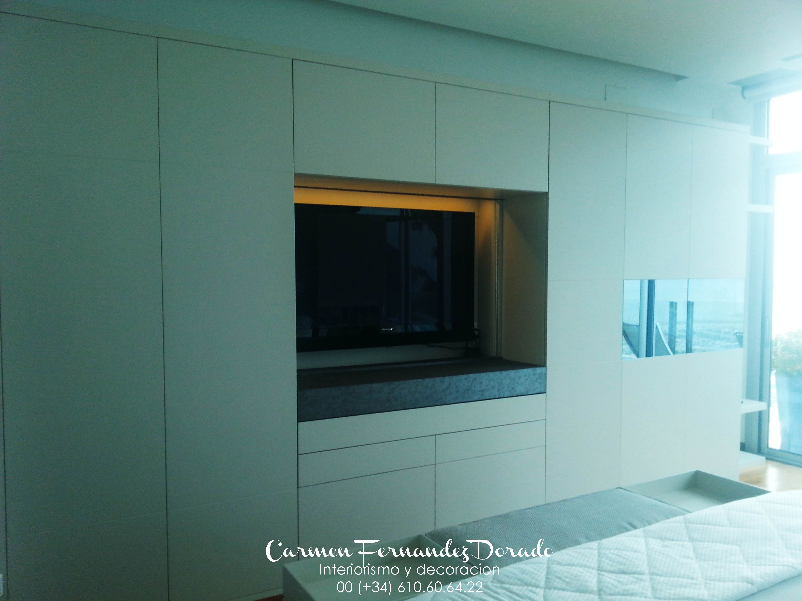 Diseño de armario personalizado. TV integrada con puertas ...