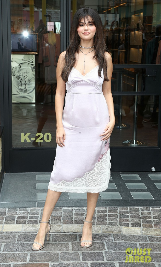 """, Selena Gomez makes her entrance at the Coach x Selena Gomez pop-up launch!  The """"Wolves"""" crooner was greeted by hundreds of screaming fans as she …, My Pop Star Kda Blog, My Pop Star Kda Blog"""