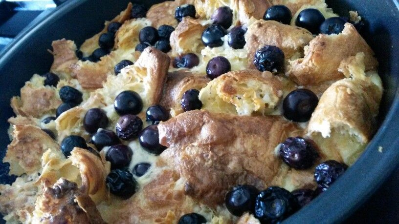 Croissants puff with blueberries, mascarpone and vanilla. Easy to make, smells great when you bake :-D