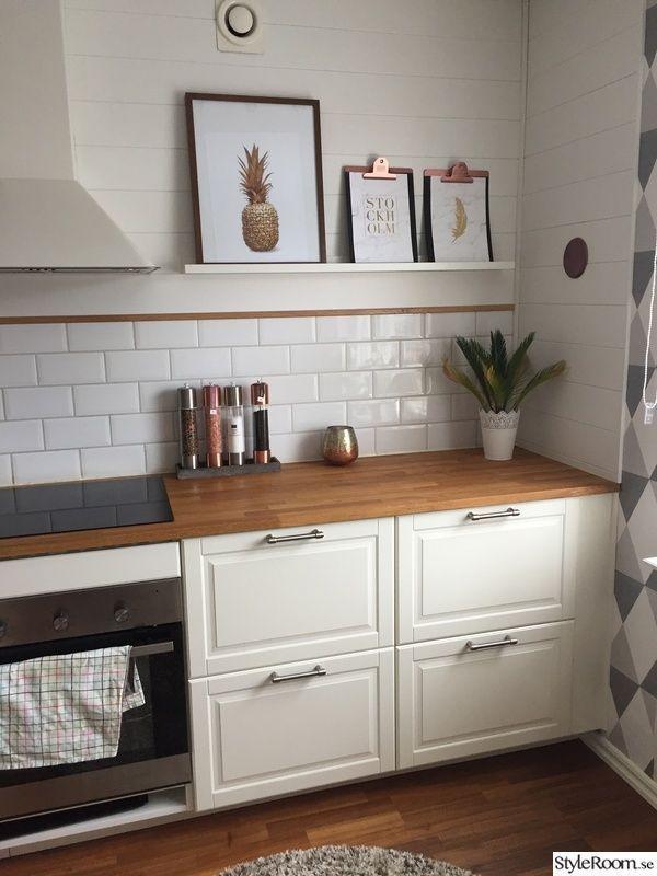Ikea Bodby Cocina Blanquecina Con Encimera De Madera Y La Pared Es Colorida Homedecor D Cocinas De Casa Cocina Blanca Y Madera Muebles De Cocina Ikea