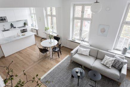 Ruimtelijke woonkamer met open keuken en trap  Interieur