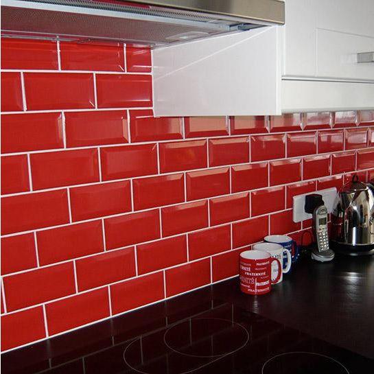 Rode metrotegels in de keuken.