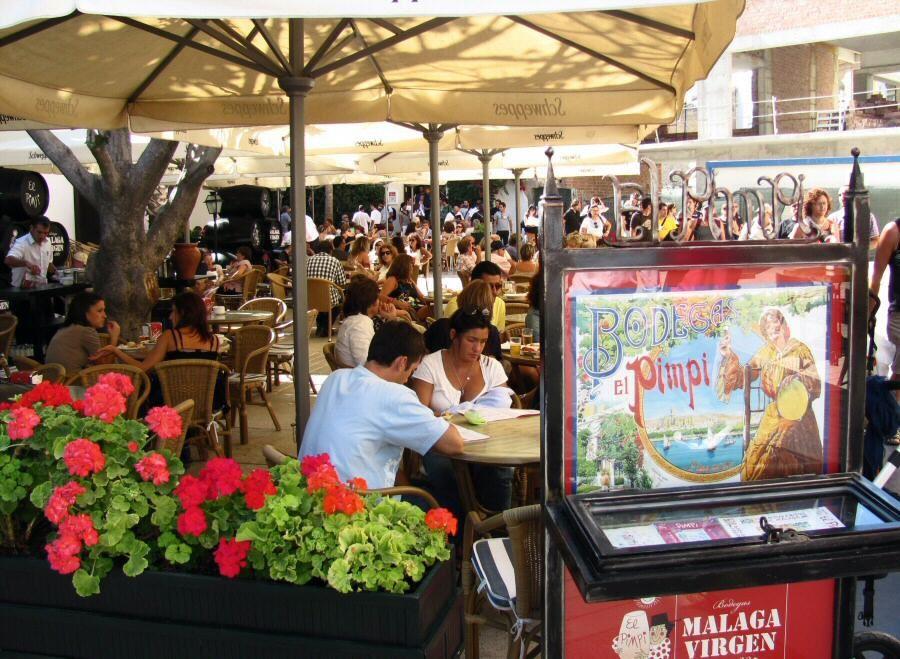 Terraza De La Bodega Bar El Pimpi En El Centro De La Ciudad De