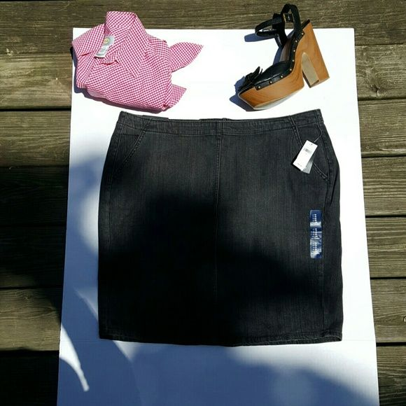 Gap jean pencil skirt NWT Black washed look skirt,has splits in the back 2pockets,zips up the back ,has a nice stretch no trades or returns reasonable offers only thanks GAP Skirts Pencil