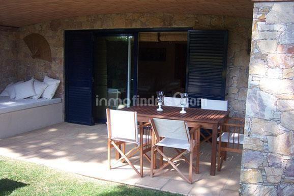 Magnífica casa pareada en venta en la Costa Brava, situada en segunda línea a pocos metros de la espectacular playa de aguas cristalinas Cala del Golfet en la preciosa localidad costera de Calella de Palafrugell en el Baix Empordà.