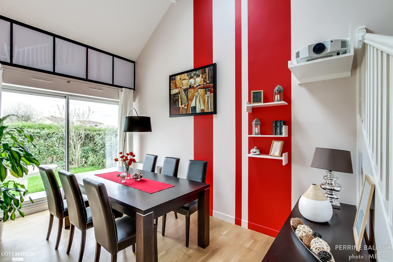 Une salle manger en noir blanc et rouge un rendu moderne et agr able l 39 oeil salle for Salle a manger rouge