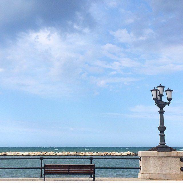 La bellezza di una panchina che guarda l'infinito. (Bari Agosto). ______________________________________ #bari #puglia #yallerspuglia #italy #sea #landscape #travel #mytravelgram