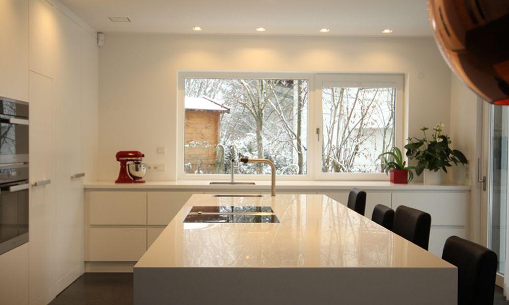 edle weiße küche mit kücheninsel arbeitsplatte aus