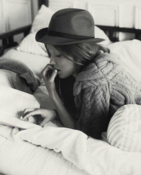 """Chica leyendo.   """"He escrito mi biografía. Es sobre una chica que perdió su reputación y nunca la hecho de menos.""""   Mae West"""