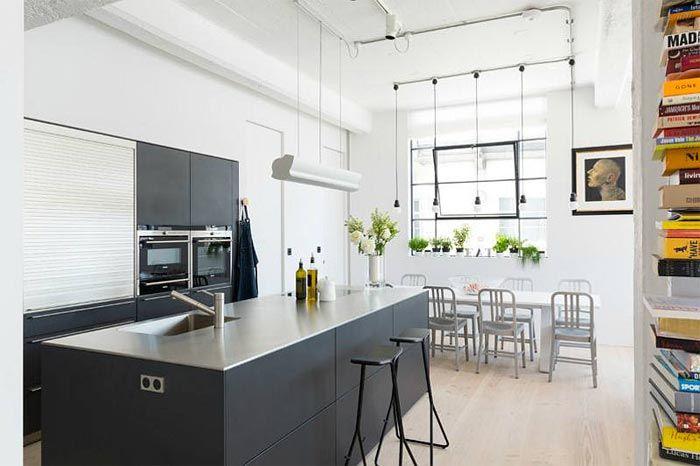 Cocina abierta en piso estilo loft, con iluminación natural ...