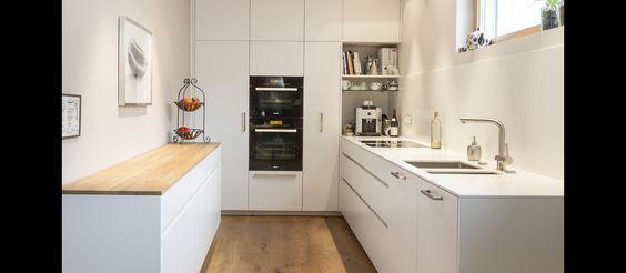 MTB-Küche in weiss aus Mineralwerkstoff und Eiche begehbarer - kche eiche