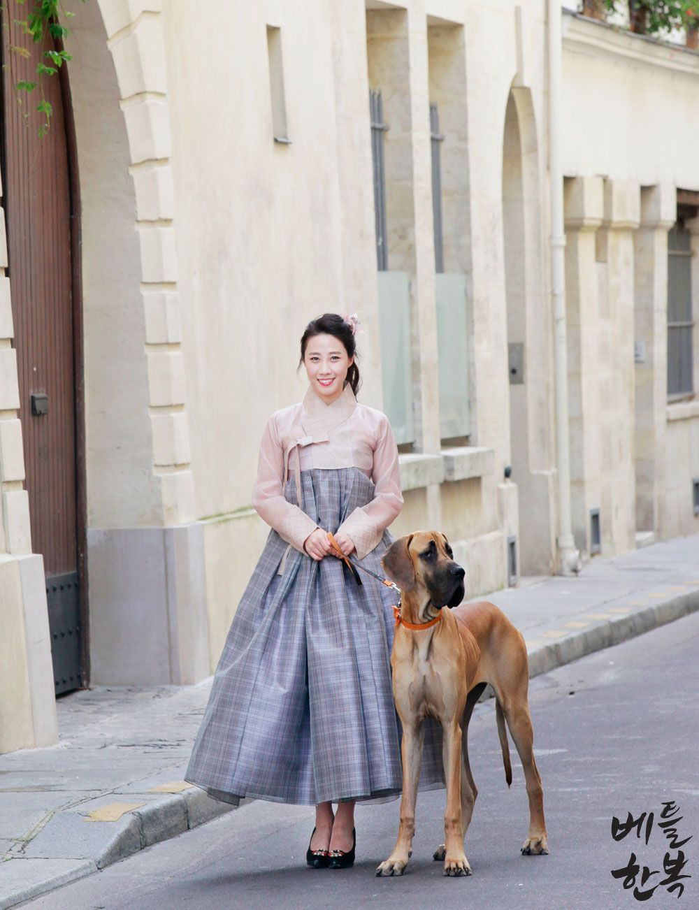 Korean traditional clothes.(한복스냅) #snap #hanbok #dress #유럽여행 #한복입고유럽 #여행 #trip #전통의상 #한복맞춤 #스타일링 #생활한복 #korean #style #pattern #travel #picture #natural #dog