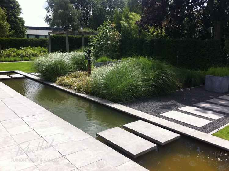 Vijvertuin met lange strakke vijver tuin gärten