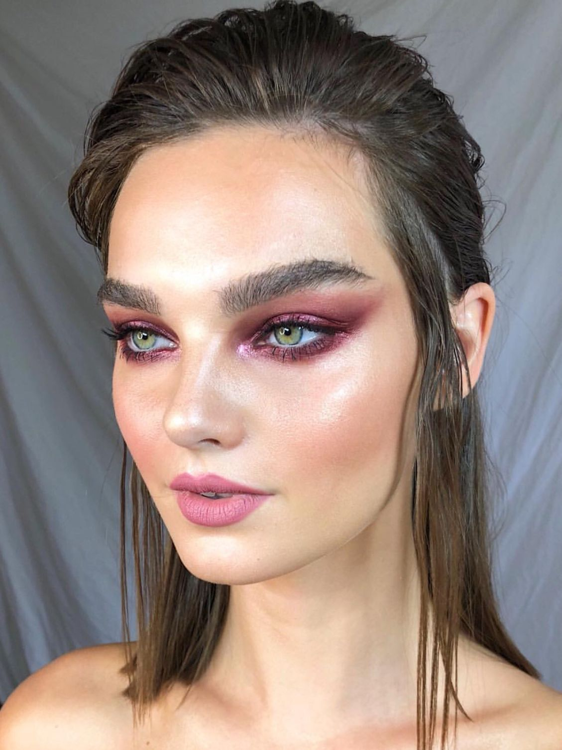 d70815b4341 Magenta pink eyeshadow and pink lipstick makeup look. Stunning and very  editorial 🔥😍 #pink #makeuplooks