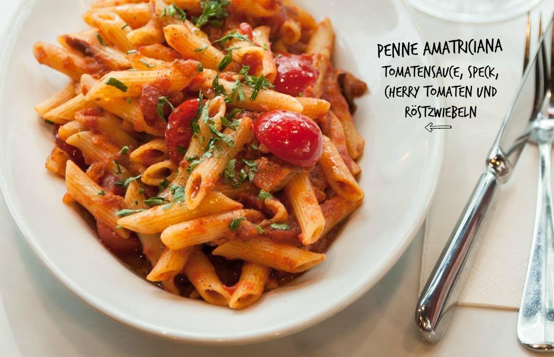 Ahhhh, die Penne Amatriciana sind mit gutem Grund ein Klassiker. Die Kombination aus Tomatensugo, Speck, Cherry Tomaten und Röstzwiebeln ist einfach così buono!