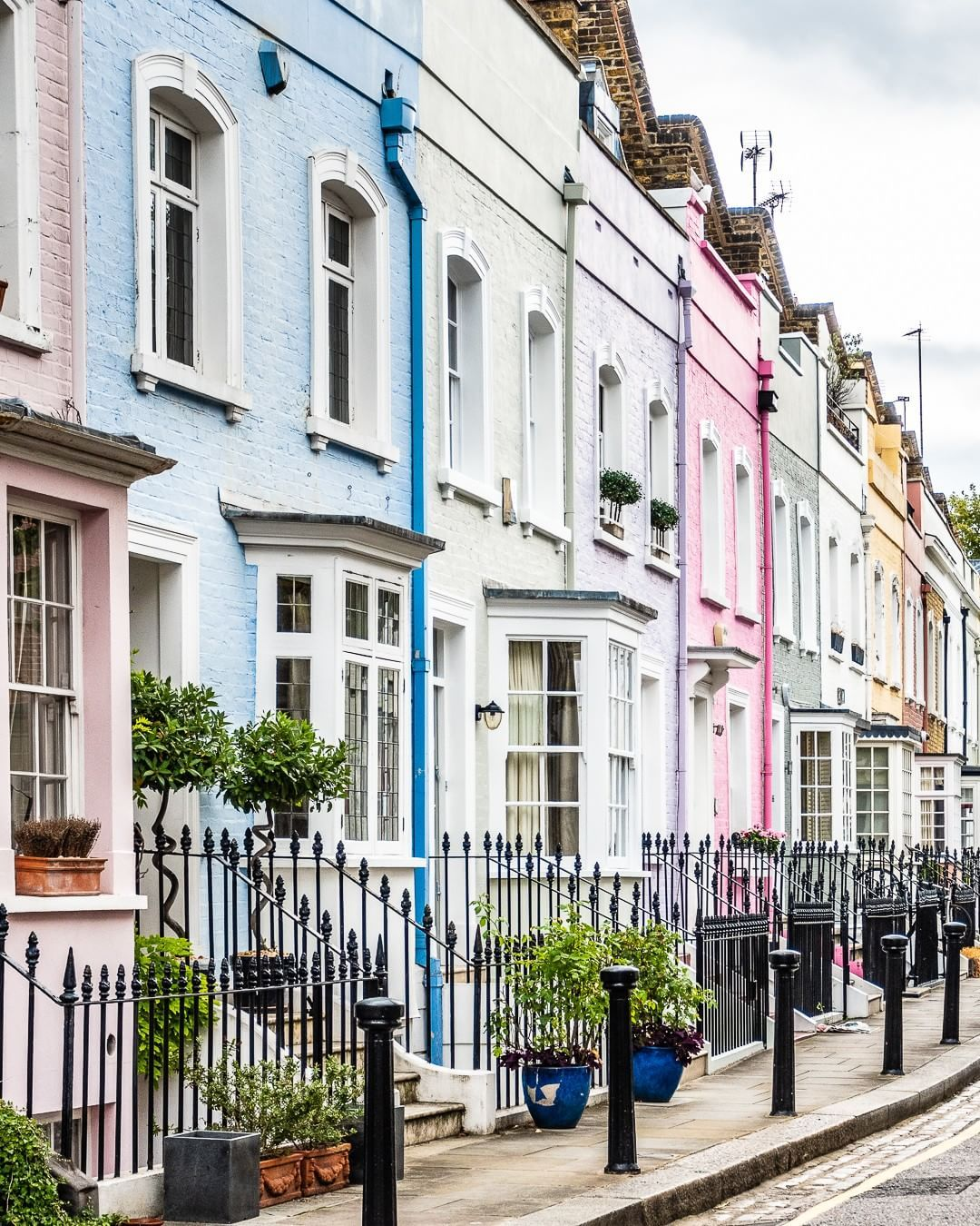 A Row Of Pastel Houses Lining A Street In Chelsea London This Is One Of The Best Places In London To Best Places In London Travel Guide London London Travel